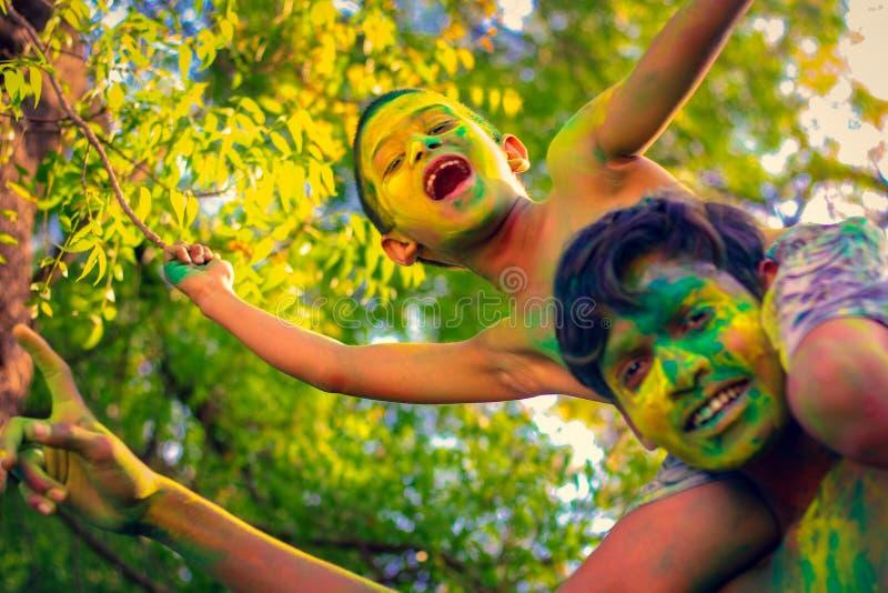 Enfant indien jouant avec la couleur dans le festival de holi images libres de droits