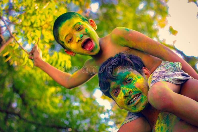 Enfant indien jouant avec la couleur dans le festival de holi photographie stock