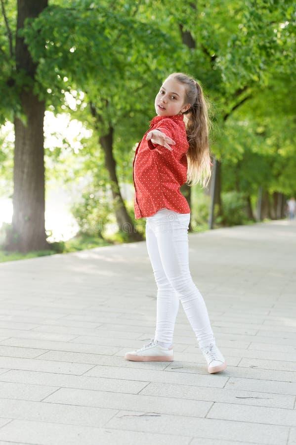 Enfant insouciant de fille Vacances d'?t? Fond émotif de nature d'enfant Garde d'enfants Le temps de vacances pour détendent posi images stock