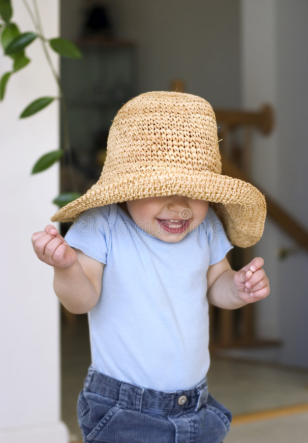 Enfant jouant à cache-cache images libres de droits