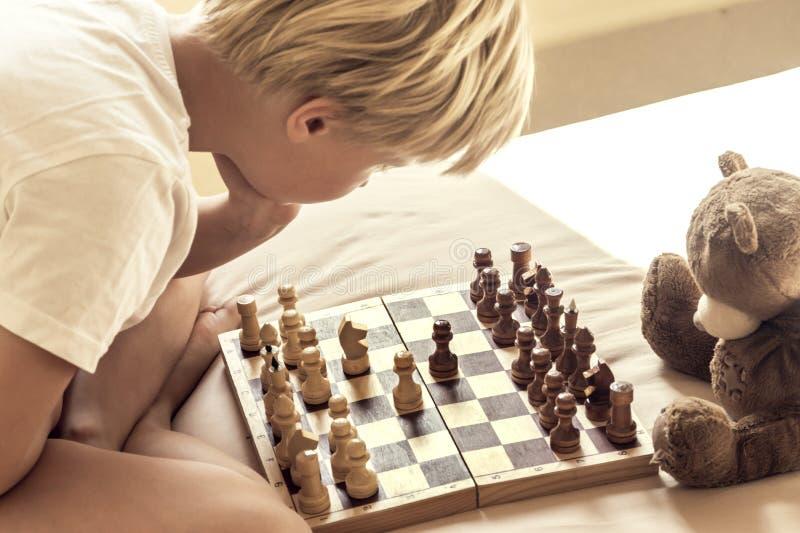 Enfant jouant aux échecs photo libre de droits