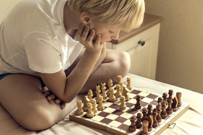 Enfant jouant aux échecs photographie stock libre de droits