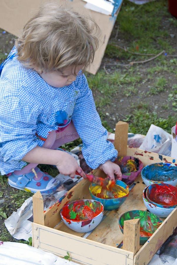 Enfant jouant avec des couleurs photographie stock
