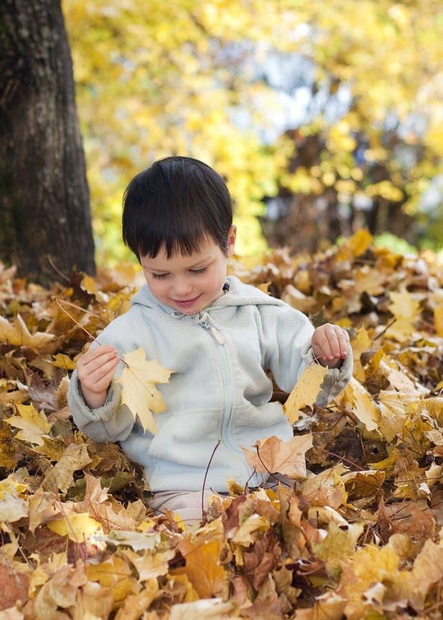 Enfant jouant avec des lames photos libres de droits