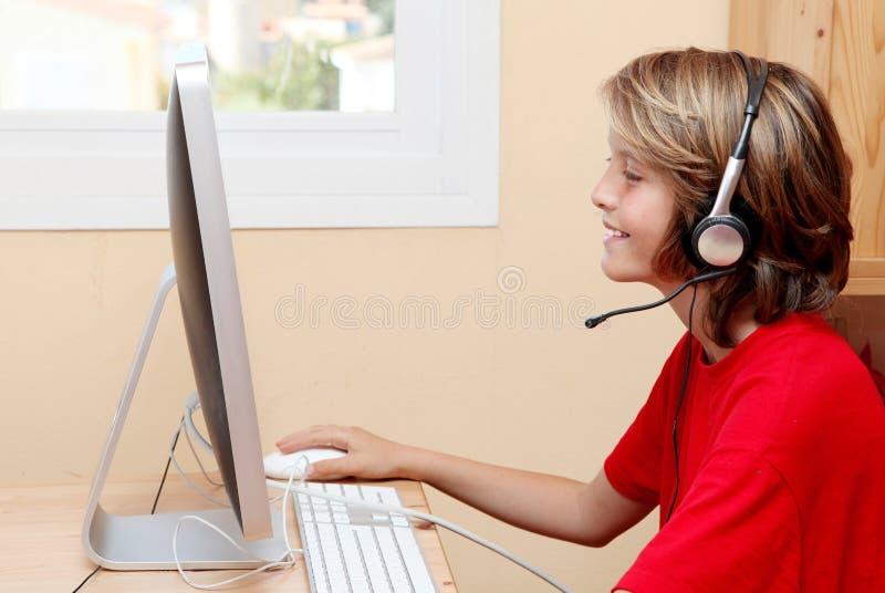 Enfant jouant avec l'ordinateur photos libres de droits
