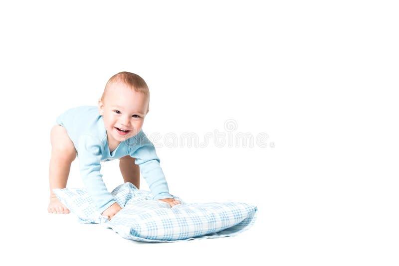 Enfant jouant avec l'oreiller images libres de droits