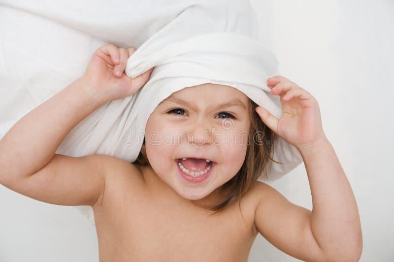 Enfant jouant avec l'oreiller, point de vue d'individu, enfant de sourire heureux, la vie domestique, enfant authentique images stock