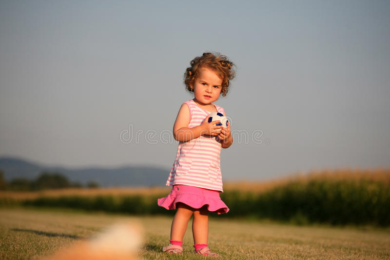 Enfant jouant avec la bille photos stock