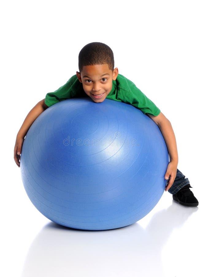 Enfant jouant avec la grande bille images stock