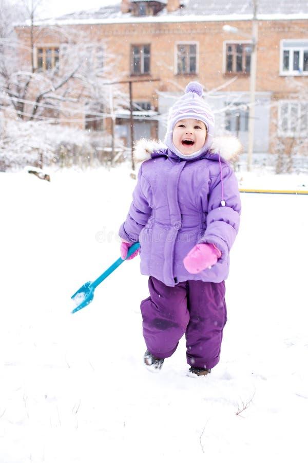 Enfant jouant avec la neige images libres de droits