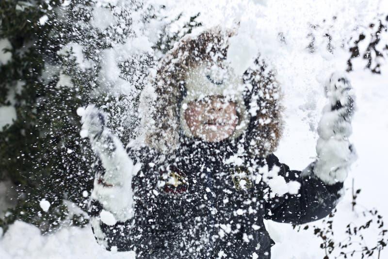 Enfant jouant avec la neige photos libres de droits