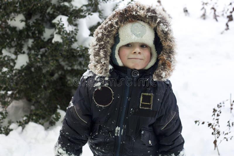 Enfant jouant avec la neige photo libre de droits