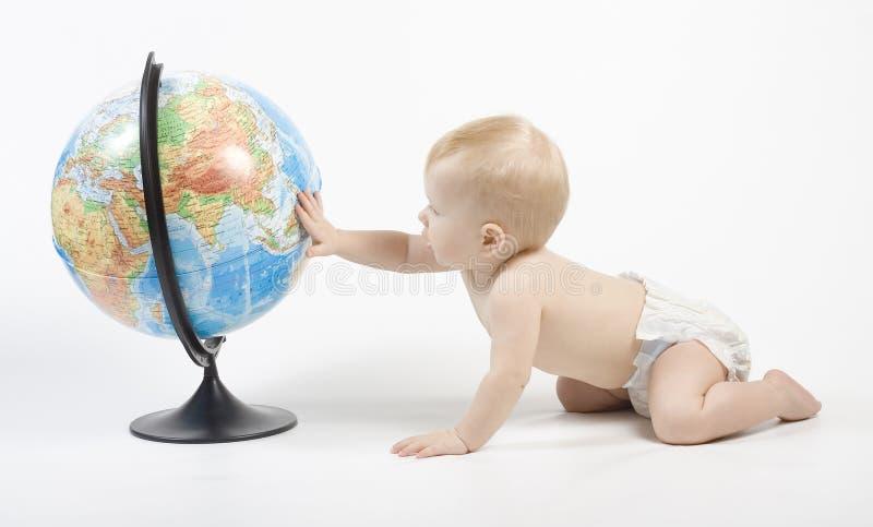 Enfant jouant avec le globe photographie stock