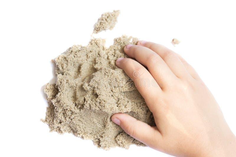 Enfant jouant avec le sable cinétique Main de l'enfant dans le sable c photos stock