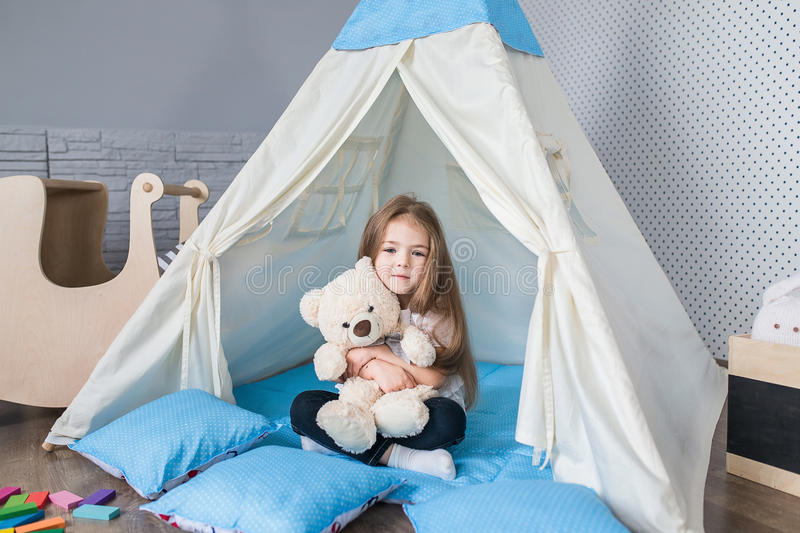 enfant jouant avec une tente de tipi image stock image. Black Bedroom Furniture Sets. Home Design Ideas