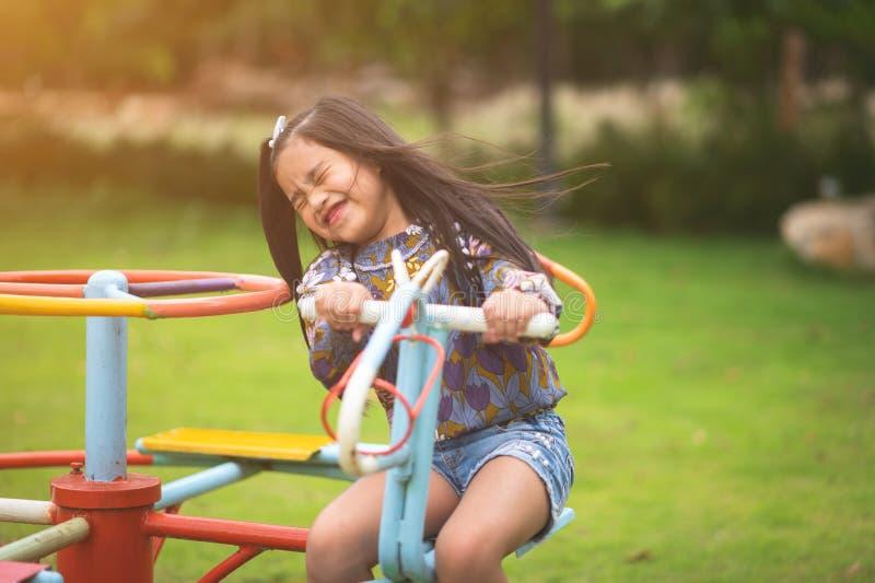 Enfant jouant ayant l'amusement sur le terrain de jeu photographie stock libre de droits