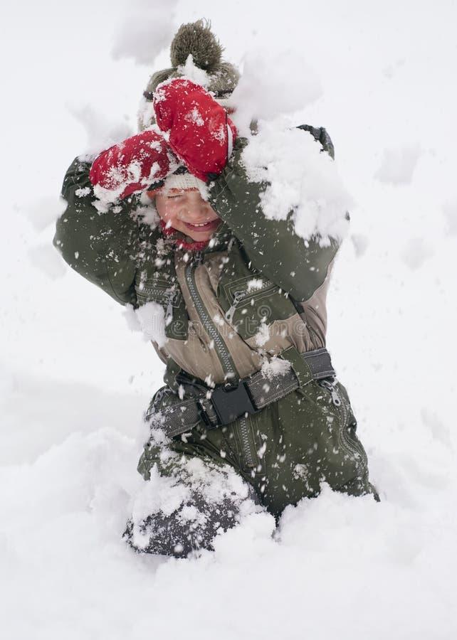 Enfant jouant dans la neige photographie stock