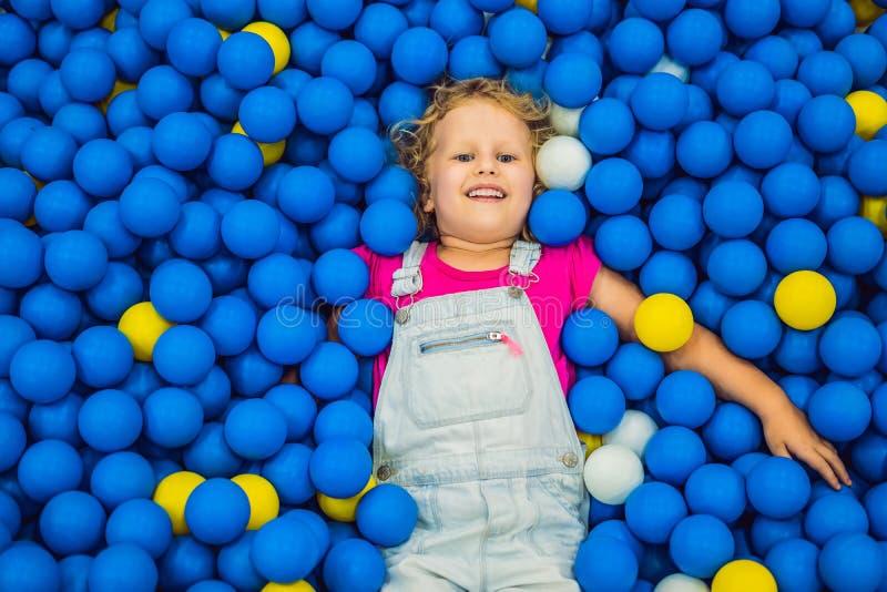 Enfant jouant dans le puits de boule Jouets color?s pour des enfants Jardin d'enfants ou pi?ce pr?scolaire de jeu Enfant d'enfant images libres de droits