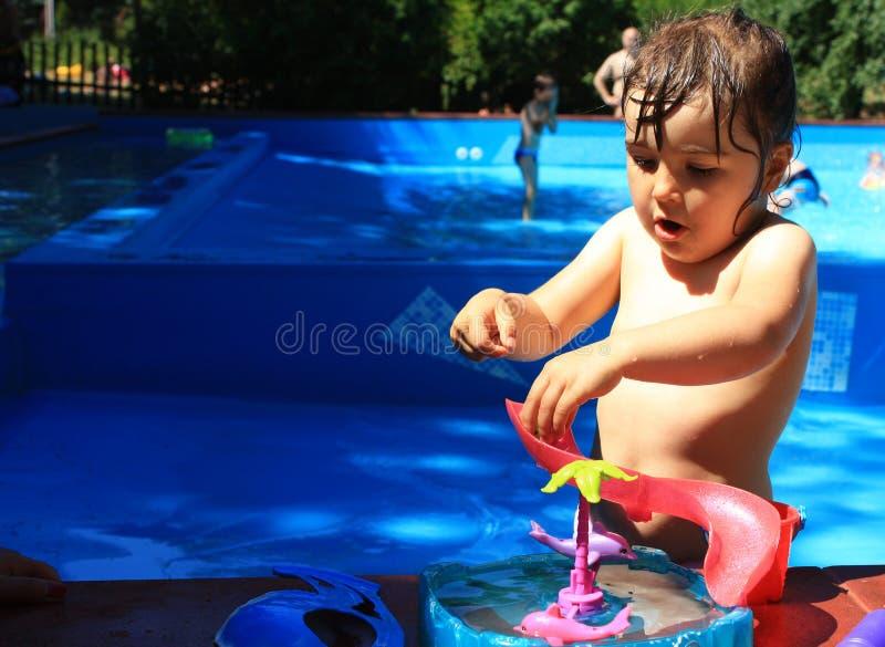 Enfant jouant dans le regroupement photo libre de droits