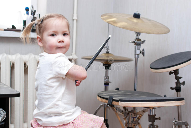 Enfant jouant des tambours photographie stock