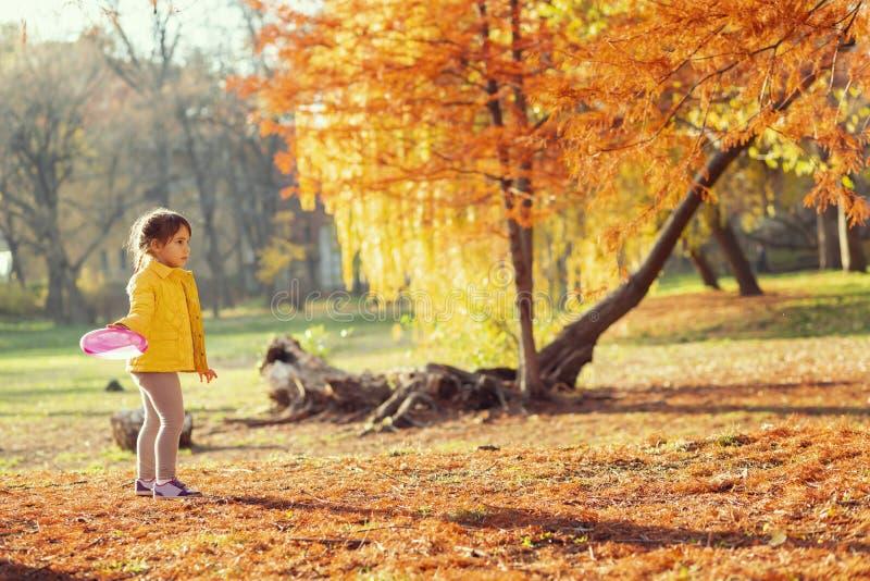 Enfant jouant en parc image stock