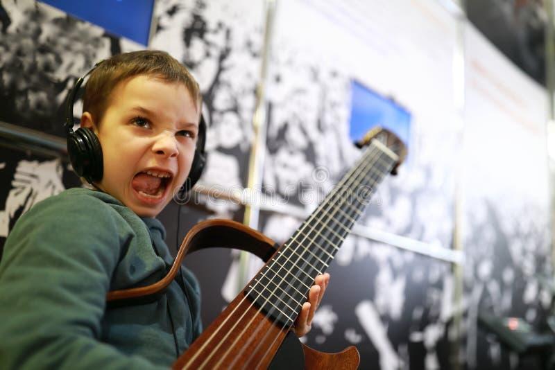 Enfant jouant la guitare photographie stock