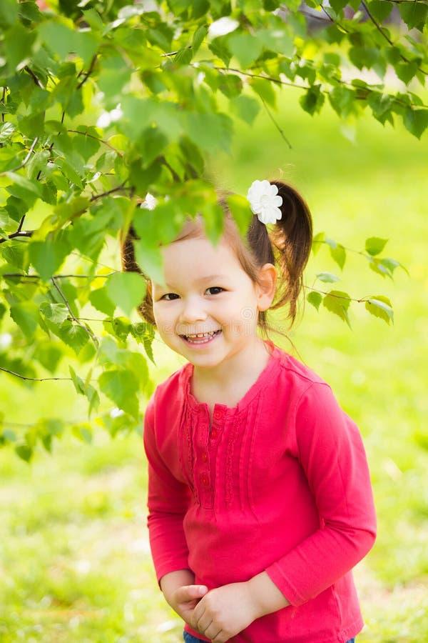 Enfant jouant le cache-cache dehors en parc photo stock