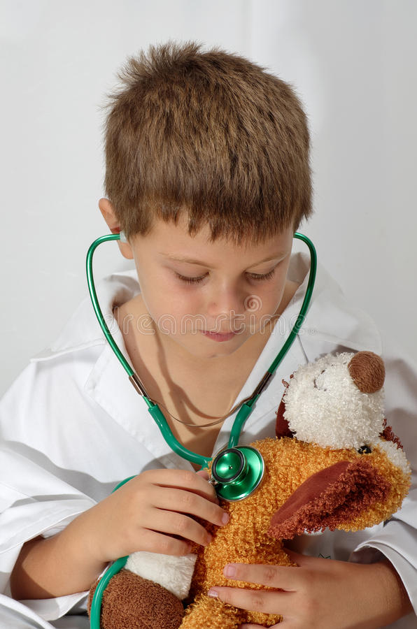 Enfant jouant le docteur images libres de droits