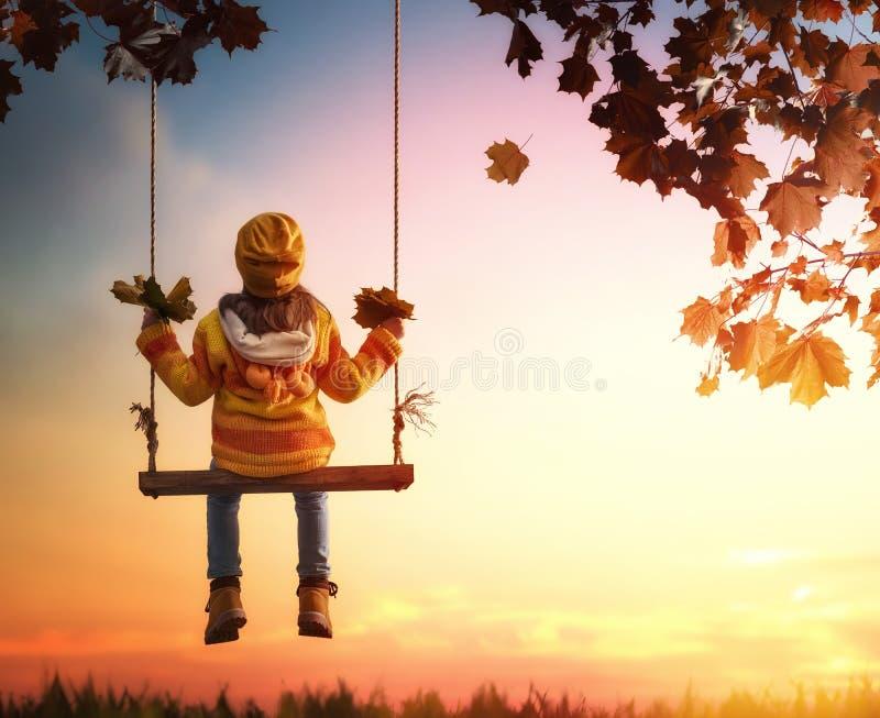 Enfant jouant pendant l'automne image stock