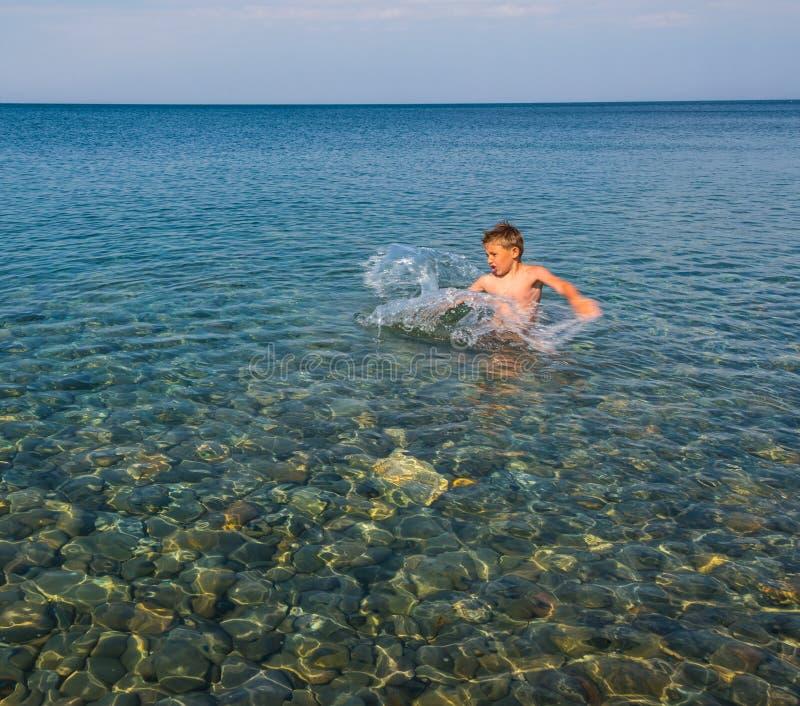 Enfant jouant sur la mer photographie stock libre de droits