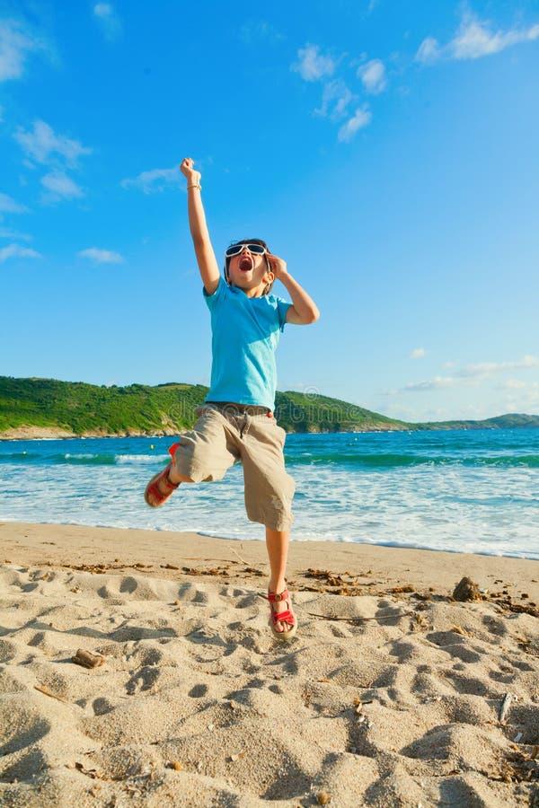 Enfant jouant sur la plage images stock
