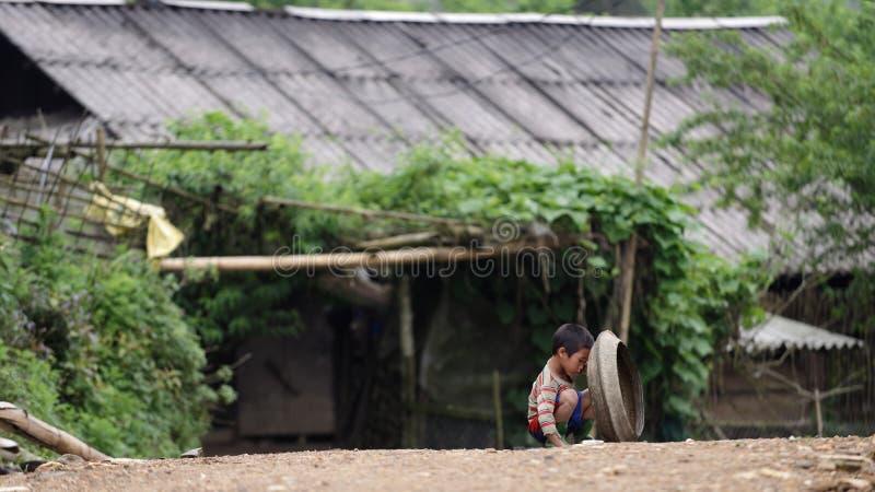 Enfant jouant sur la rue dans la PA de SA photographie stock libre de droits