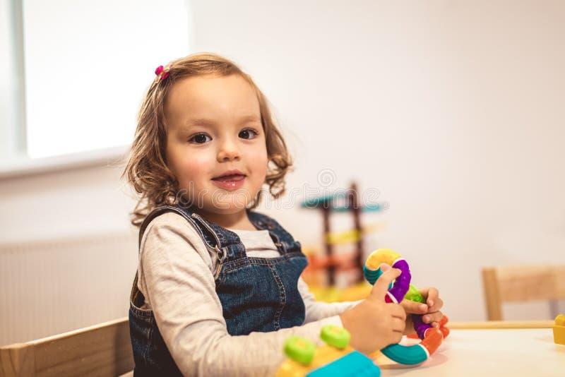 Enfant jouant sur la table d'intérieur image libre de droits