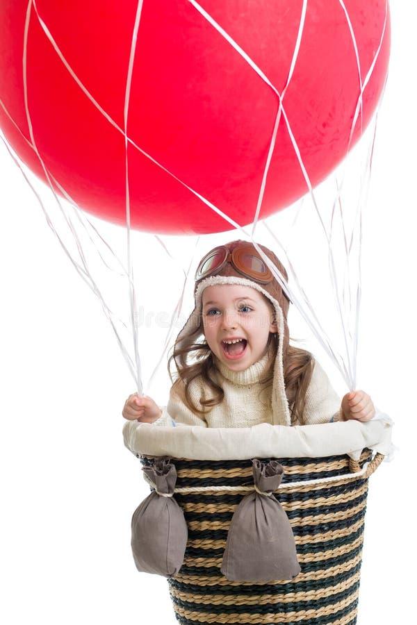 Enfant jouant sur le ballon à air chaud images stock