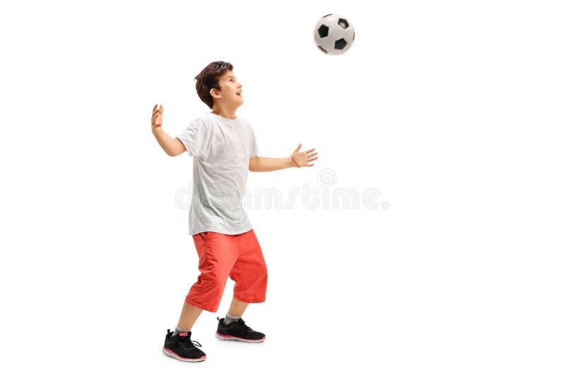 Enfant joyeux jouant le football photo libre de droits