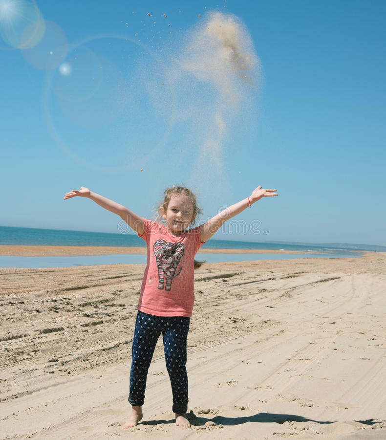 enfant la plage de mer photos stock