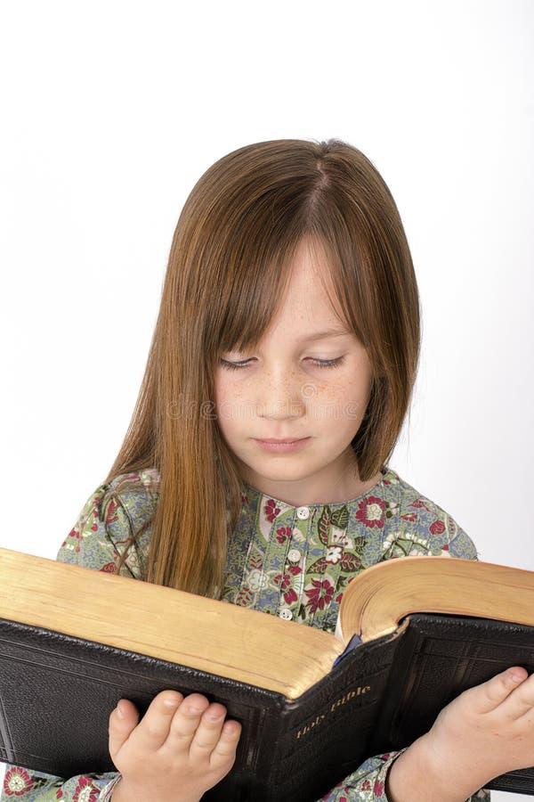 Enfant lisant la bible image stock