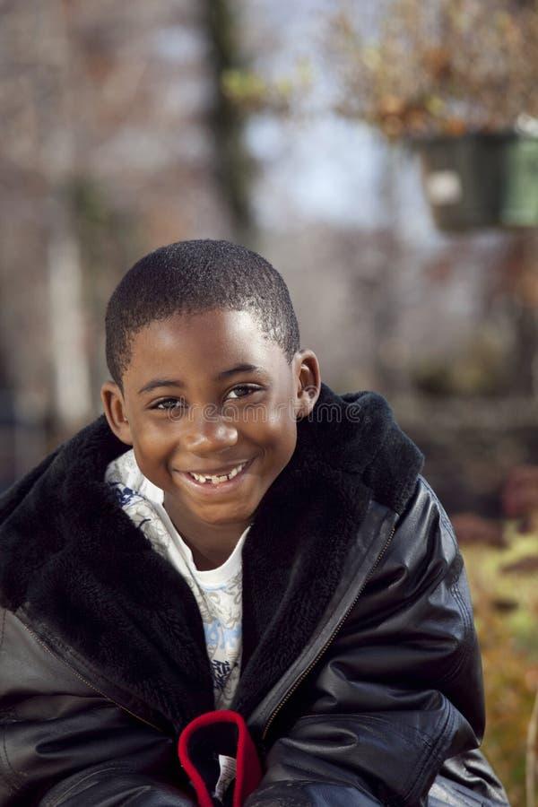 Enfant mâle d'Afro-américain jouant à l'extérieur photos libres de droits