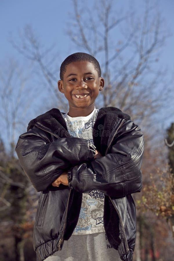 Enfant mâle d'Afro-américain jouant à l'extérieur photo libre de droits