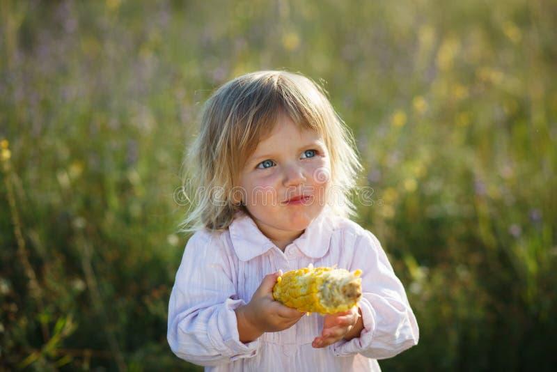 Enfant, maïs photos stock
