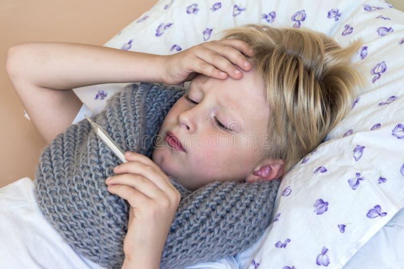 Enfant malade avec le thermomètre photos stock