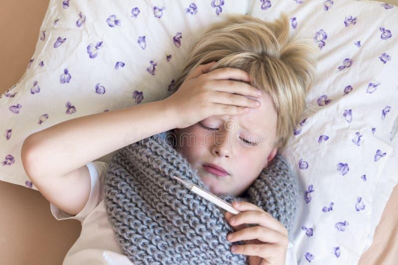 Enfant malade avec le thermomètre photos libres de droits