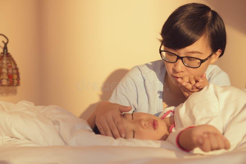 Enfant malade de soin de mère photographie stock