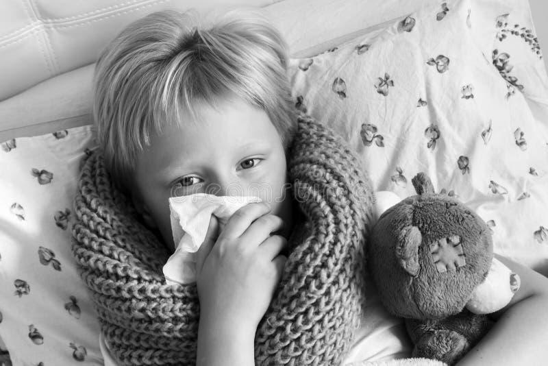 Enfant malade se situant dans le lit photographie stock libre de droits