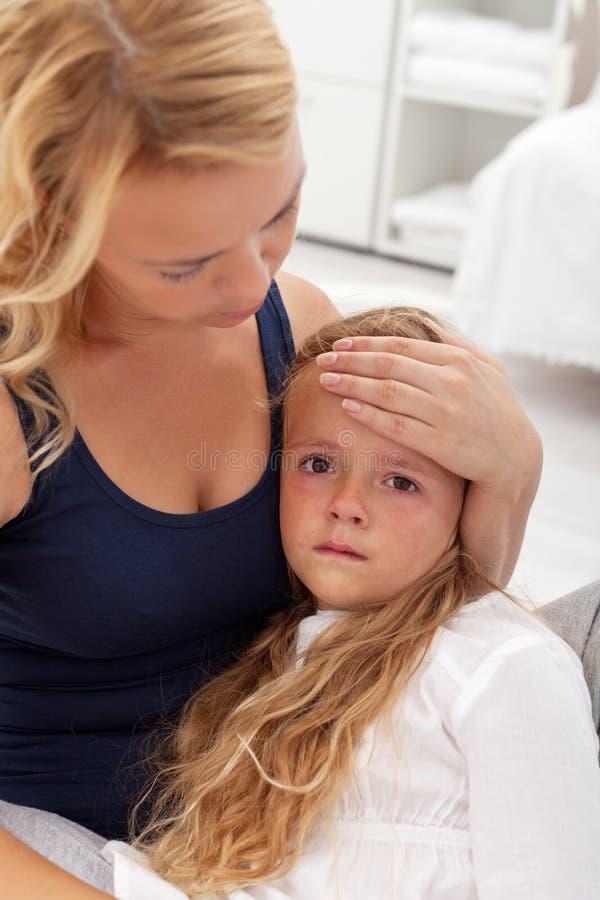 Enfant malade soulagé par la mère photographie stock libre de droits