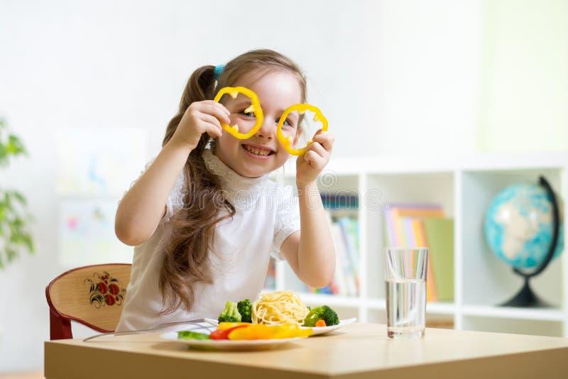 Enfant mangeant dans le jardin d'enfants photographie stock libre de droits