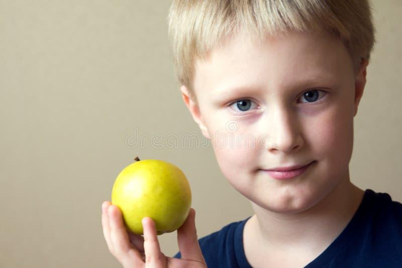 Enfant mangeant de la nourriture saine image stock