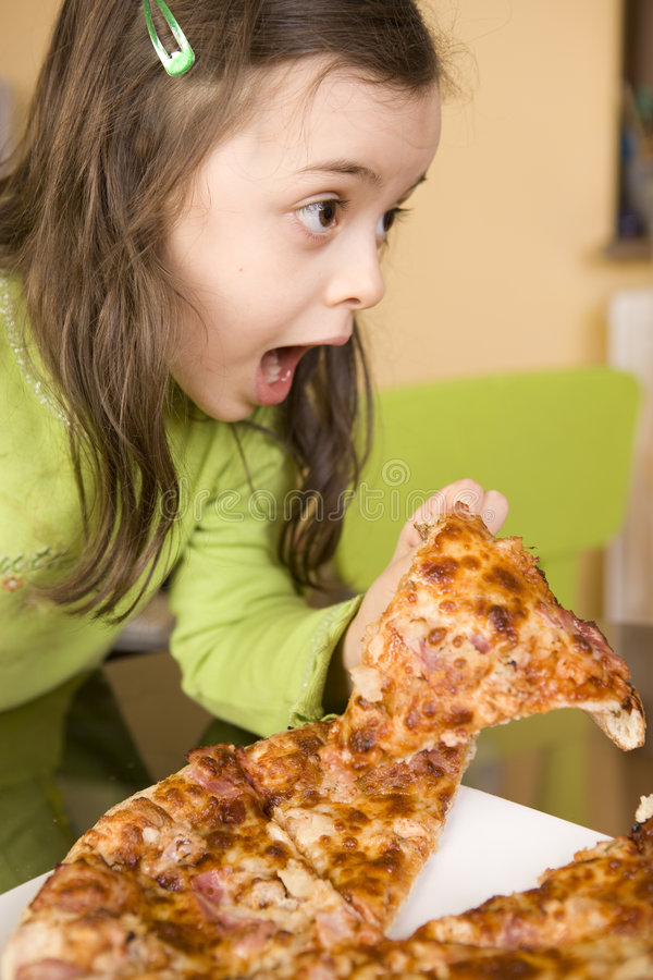 Enfant mangeant de la pizza photo stock
