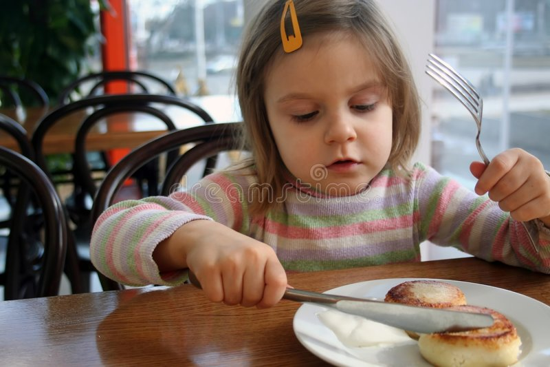 Enfant mangeant du gâteau au fromage image libre de droits