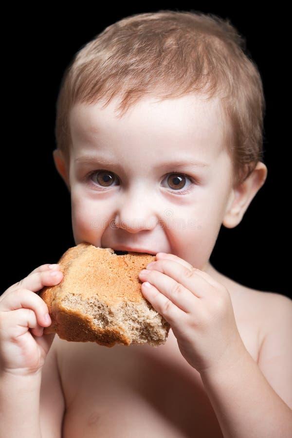 Enfant mangeant du pain photos libres de droits